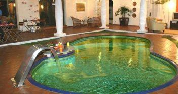 riscos da piscina com água verde