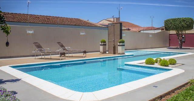 Área externa com piscina: 4 coisas que ela precisa ter