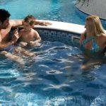 Saiba como incluir a piscina nos momentos de lazer com a família e amigos