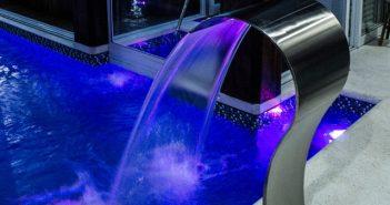 iluminação e cascata na piscina