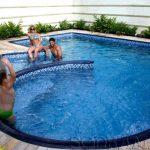 Piscina em casa: conheça 4 exercícios que você pode praticar na água