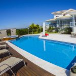 Como uma piscina em casa pode melhorar a qualidade de vida da minha família?