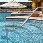 4 cuidados com a piscina em períodos de chuva