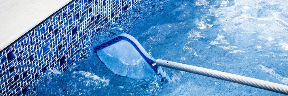 Qual a melhor maneira de limpar a piscina?