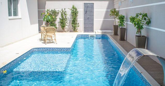 Construção de piscina: descubra como uma cascata de inox trará requinte e design inovador aos seus projetos