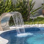 Como uma cascata para piscina vai deixar seu espaço mais moderno
