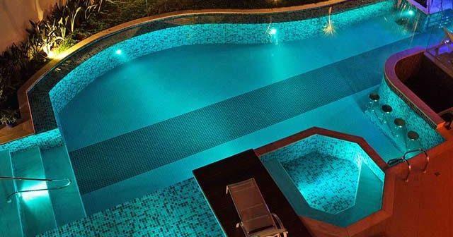 Uma piscina pode reunir diversos acessórios. Mas um que é bonito, funcional e divertido é a cascata para piscina. Veja alguns modelos!