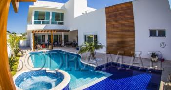 Imagem de uma casa com piscina