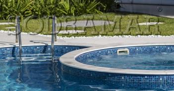 Imagem de uma piscina com hidromassagem.