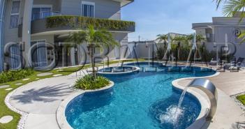 Imagem de uma piscina com cascata em uma casa
