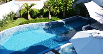 vista panorâmica de uma piscina