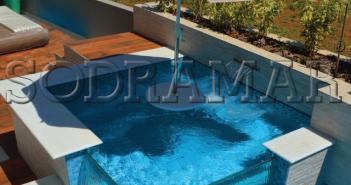 piscina com guarda sol