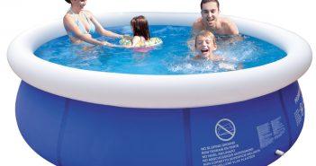 família na piscina inflável