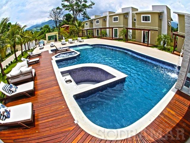 Imagem de uma área de lazer com piscina de um clube