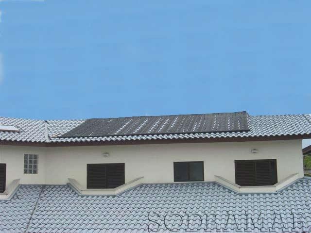 placas de aquecedor solar em cima do telhado de uma casa