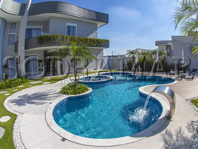 Imagem de uma área de lazer residencial com piscina