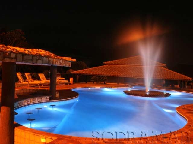 Imagem de uma piscina em um clube à noite