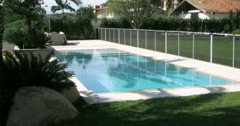 Imagem de uma piscina com grade de segurança