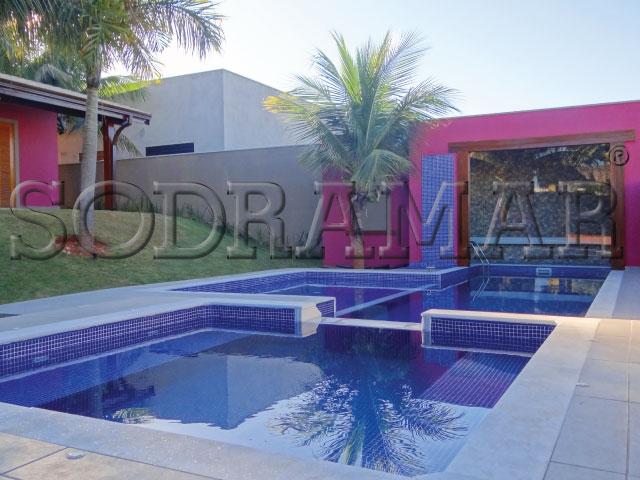 Imagem de uma piscina residencial