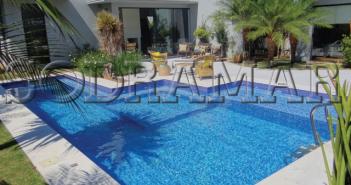 Imagem de uma área externa com piscina