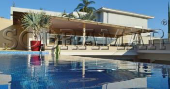 vista da piscina e de uma casa
