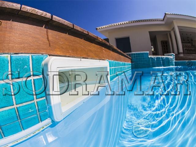 vista lateral de uma piscina