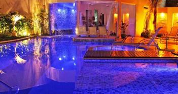 área de lazer com piscina iluminada