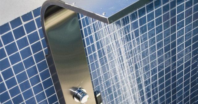 Por que você deve usar a ducha para piscina antes de cair na água