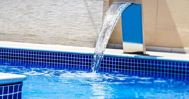 4 cascatas para piscina que vão deixar sua área de lazer ainda melhor